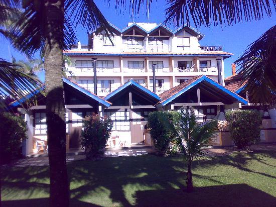 Costa Norte Ingleses Hotel: O Hotel visto pela area dos bangalôs