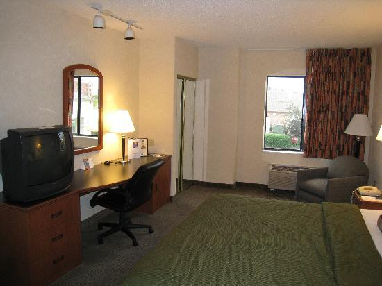 Comfort Inn & Suites: TV and Desk