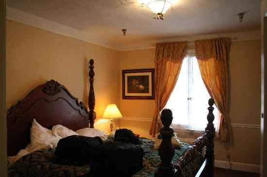 The 1927 Lake Lure Inn and Spa: Lovely high bed.