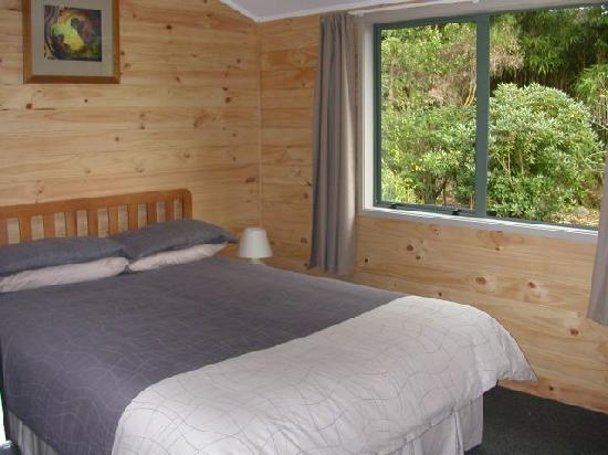 RiverSong Cottages: Tui Cottage Master Bedroom
