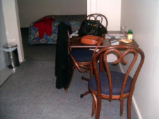 Comfort Inn Wentworth Plaza: Looking into room with double bed from near kitchen area
