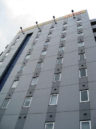 Super Hotel Okinawa Nago: 9階建外観