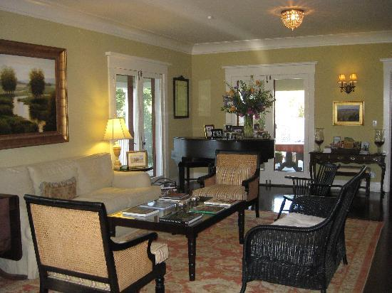 Arroyo Vista Inn: You walk into this gorgeous living room once you enter the B&B