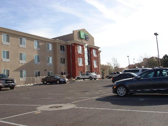 Holiday Inn Express Hotel & Suites Albuquerque Airport: 駐車場もゆったり、無料