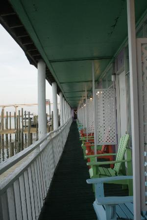 Apalachicola River Inn: Walkway with coloured chairs jutting over the river