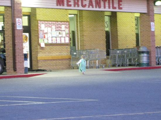 Colorado City, Αριζόνα: Little girl walking into this store