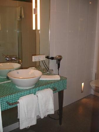 Hotel Santo: Baño 1
