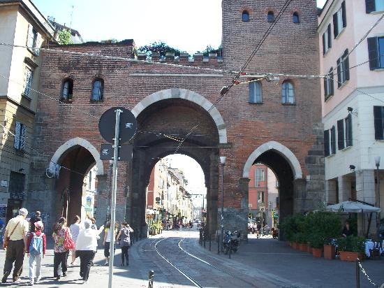 La vecchia porta medievale dalle colonne picture of - La vecchia porta ...