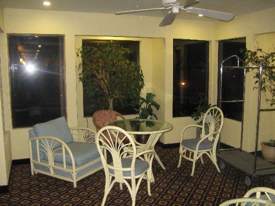 Buena Vista Motor Inn: Third floor lounge when we arrived