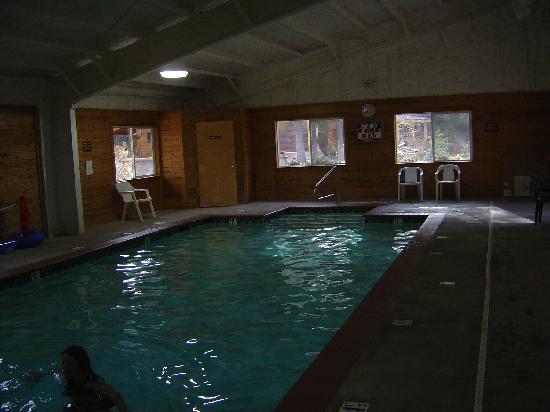 Glacier Wilderness Resort: Pool