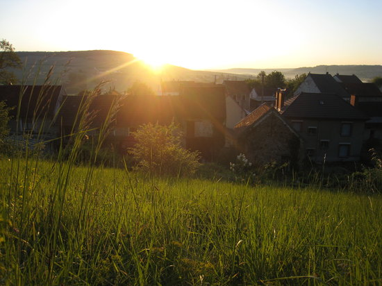Reuilly-Sauvigny, Francja: Sunrise from the back yard