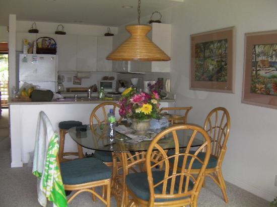Maui Kamaole: Dining room and kitchen