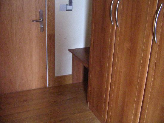 Kinvara Guesthouse : Nice, wooden floor with ample closet space