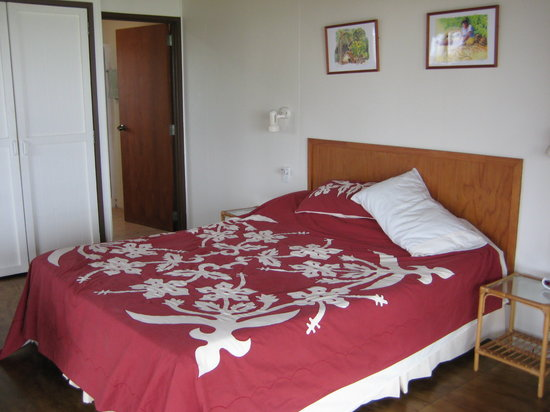 Muri Beach Cottages: The bed is in the same area as kitchen/living etc