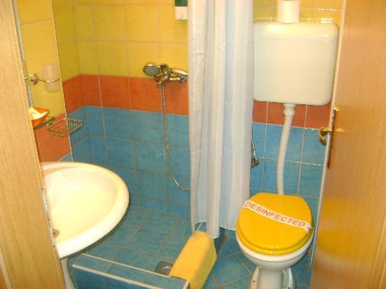 Hotel Leonardo: bathroom
