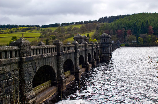 Llanwddyn, UK: The Dam close to the hotel