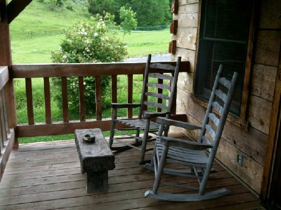 Cuz's Cabins and Resort: Our porch was so relaxing.