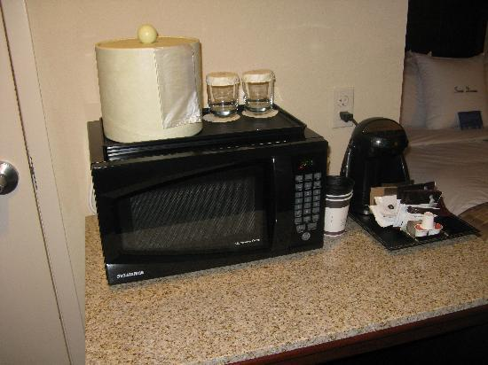 DoubleTree by Hilton Jefferson City: Microwave and coffee maker, very practical!