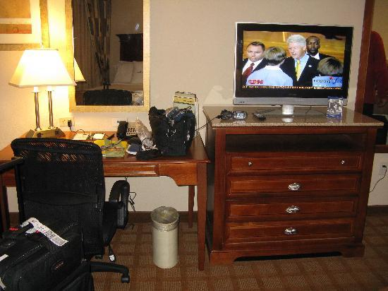DoubleTree by Hilton Jefferson City: Desk and flat screen TV! Nice shot of politics on the TV!!!
