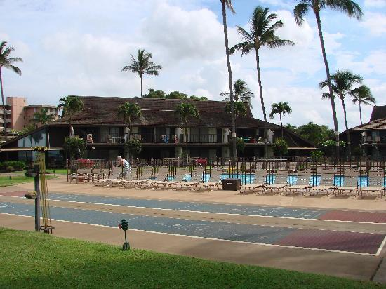 Maalaea Surf Resort: View of the condos, pool and shuffle board courts.  The beach is behind me.