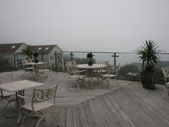 Boskerris Hotel: The outdoor terrace with view of the ocean (on a clear day)