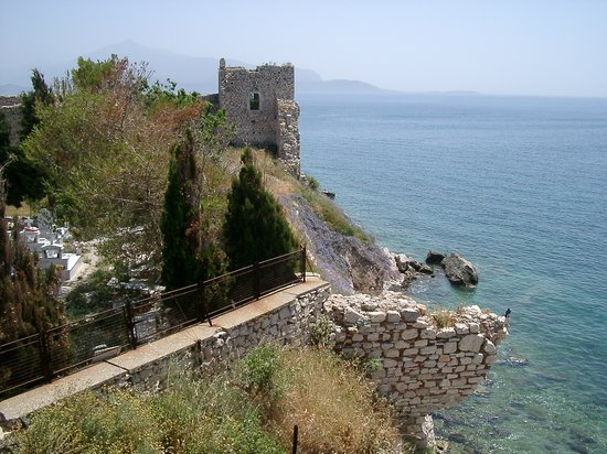 Pythagorion, Greece: Castle overlooking sea