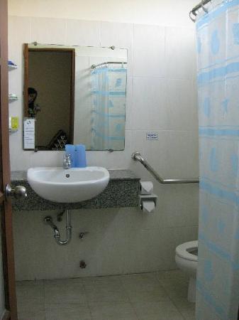 Charlie House Pinklao : wide bathroom