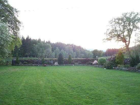 Auchenlaich Farmhouse Bed and Breakfast: The garden