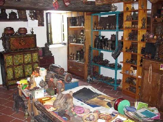 La Casa del Tibet : Interno del piccolo negozio di artigianato Tibetano