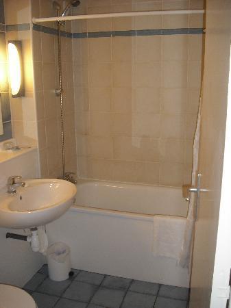 Campanile Narbonne : baño