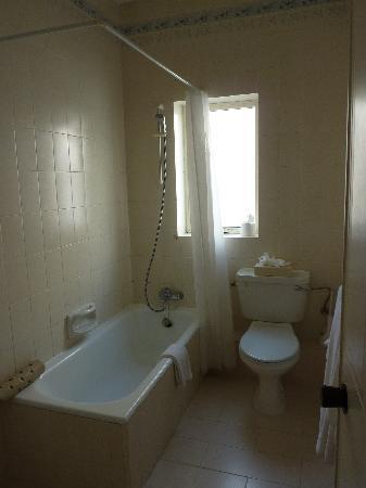 Park Lane Aparthotel: Large bathroom