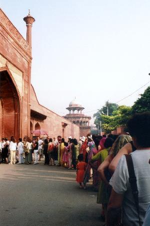 Agra, India: Espera en la cola exterior
