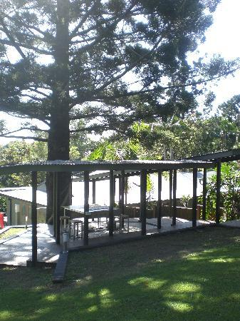 Cape Byron Retreat: The BBQ area and grass area perfect for frisbee!