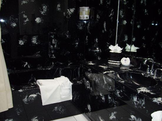 Burton Inn: Suite 17 bathroom