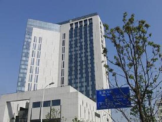 InterContinental Shanghai Expo: ホテルの外観はこんな感じです。