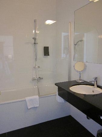 Hotel Weisses Kreuz : Shower Tub portion of bathroom