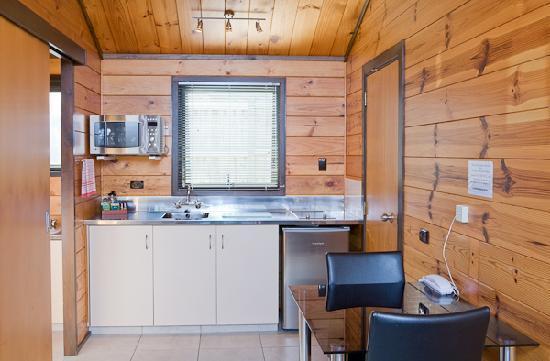 Lockwood Manor Motel: Studio Unit Kitchen