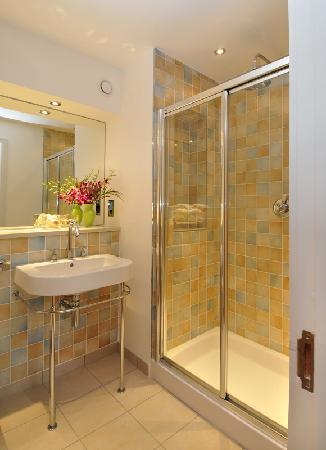 Highland Apartments by Mansley: Spacious Showers