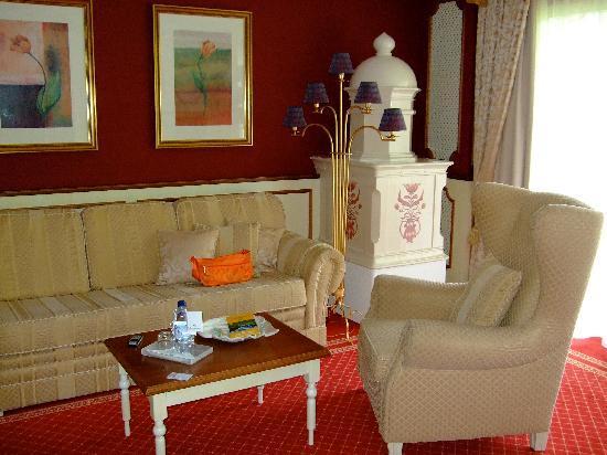 Hotel Schwarzenstein: Il salottino della camera.