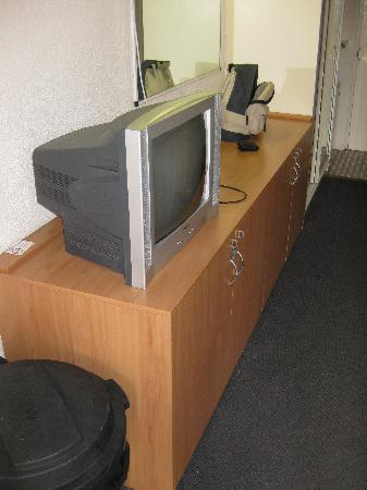 Islander Backpacker Resort: The television etc in room