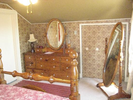 River Ridge Bed and Breakfast: The bedroom part of The Pinery