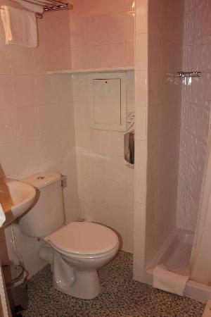 Comfort Hotel Paris La Fayette : shower room