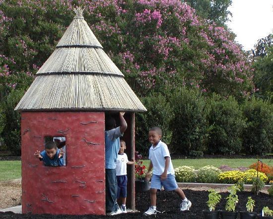 Lewis Ginter Botanical Garden: Children having fun in the tukul hut in the Children's Garden