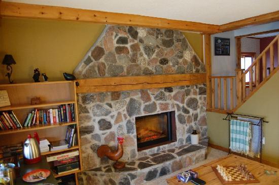 Innisfree Bed & Breakfast: Wooden interiors of the lounge