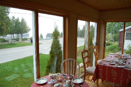 Innisfree Bed & Breakfast: The b'fast area that opens into the bay