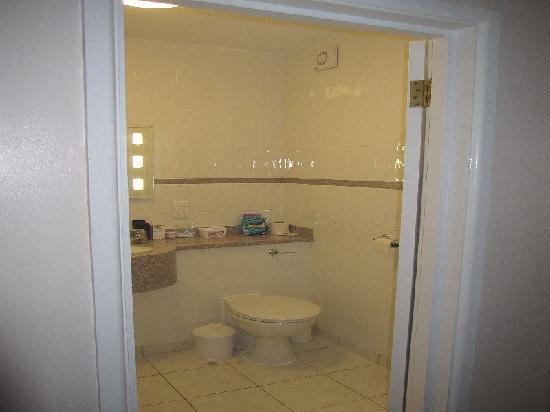 Metropole Hotel: Badezimmer rechts