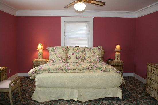 Apalachicola River Inn: a comfy bed in the river cottage