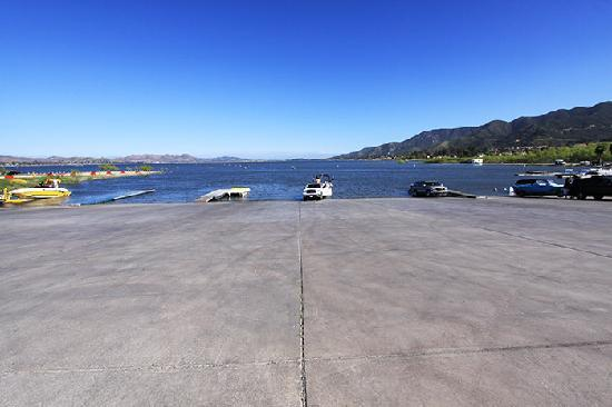 Lake Elsinore West Marina & RV Resort: Huge, immaculate concrete boat launch