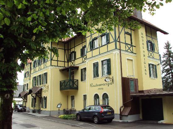 Hotel Triglav Bled: Front of hotel from across the street