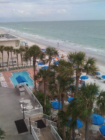 Doubletree Beach Resort by Hilton Tampa Bay / North Redington Beach: Looking from balcony towards pool